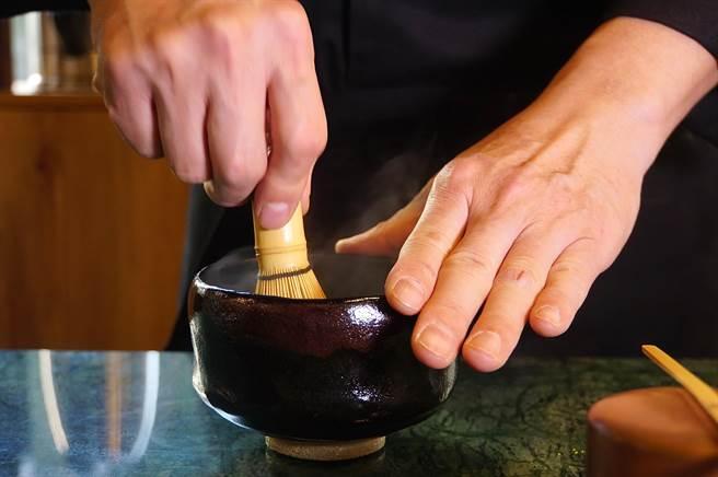 在板前欣賞職人於板前「刷茶」,是〈Matcha One 齊東〉傳遞的「抹茶美學體驗」。(圖/姚舜)