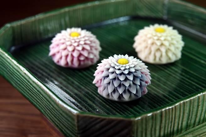 甜點控在〈Matcha One 齊東〉可以嘗到用細膩手工製作的〈剪菊和果子〉。(圖/姚舜)