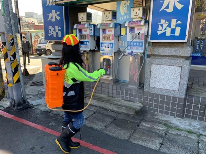 桃園市環保局也派出30位人員一同協助環境消毒。(姜霏攝)