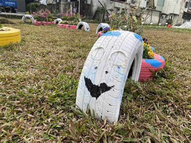「北昌快樂農園」裝置藝術「毛毛蟲」的眼睛竟遭民眾惡意拔棄。(羅亦晽攝)