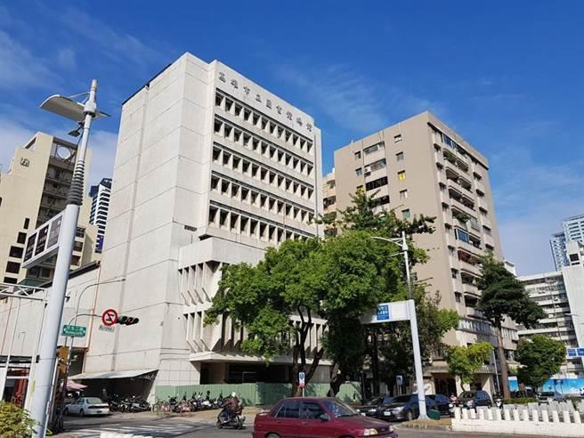 (舊高雄圖書總館(左邊白色建物)地上權開發案,21日由新光人壽得標。圖/顏瑞田)