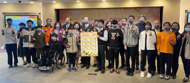 台中市政府教育局21日舉辦「2020向陽教育獎頒獎暨感謝捐款人典禮」,表揚榮獲「2020向陽教育獎」10位學生勵志生命故事。(陳世宗攝)