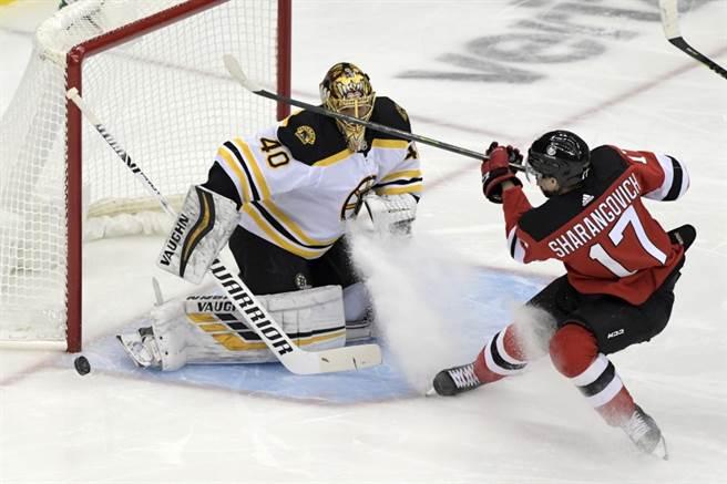 NHL棕熊門將拉斯科(左)擋回對手進攻。(美聯社資料照)