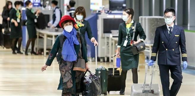 台灣疫情似有升溫情況,不少民眾瘋搶防疫保單。(資料照)