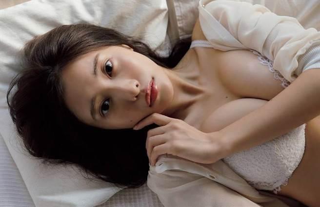 佐野雏子再度推出写真集,让粉丝十分期待。(图/翻摄自《周刊Playboy》)