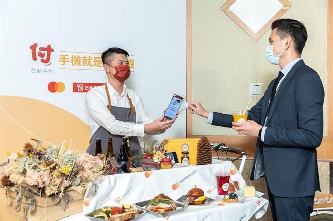 萬事達卡與台新銀行宣布,全台第一個手機就是刷卡機服務正式開通。(萬事達卡提供)