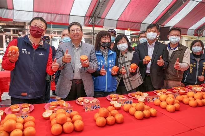縣長楊文科(左二)品嘗第一名桶柑直說「讚!」(羅浚濱攝)
