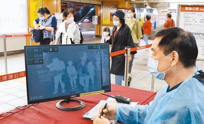 國內疫情升溫,民眾急著投保防疫險。(示意圖/資料照)
