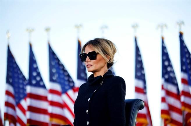 梅蘭妮亞20日卸下美國第一夫人身份,最後一天她以高貴全黑套裝造型亮相,全身散發嚴肅氛圍。(圖/路透社)