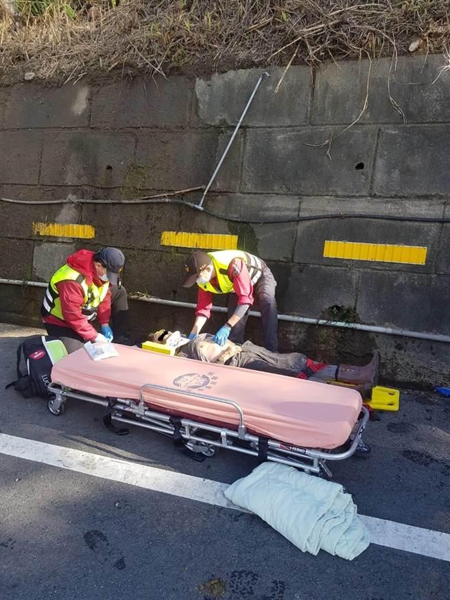 男子昨日在台三线121.4公里处,在陡坡上更换水管时,疑似失足坠落水沟,当场失去生命迹象,救护人员紧急救援。(苗栗县消防局提供/巫静婷苗栗传真)