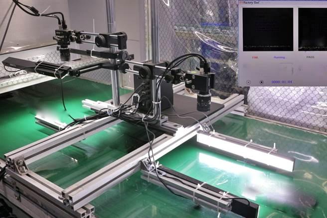 鴻海宣布正式推出非監督式學習人工智慧(AI)演算法「FOXCONN NxVAE」,已實際導入集團部分產品外觀檢測生產線,成功降低超過50%的產線檢測人力。圖為FOXCONN NxVAE實際運用於產線檢測狀況。(鴻海提供)