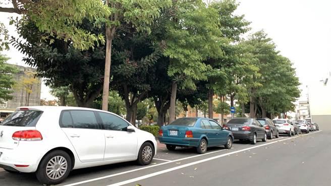 和美鎮路邊停車收費格都已經劃設完成,預計新春過後上路實施。(吳敏菁攝)