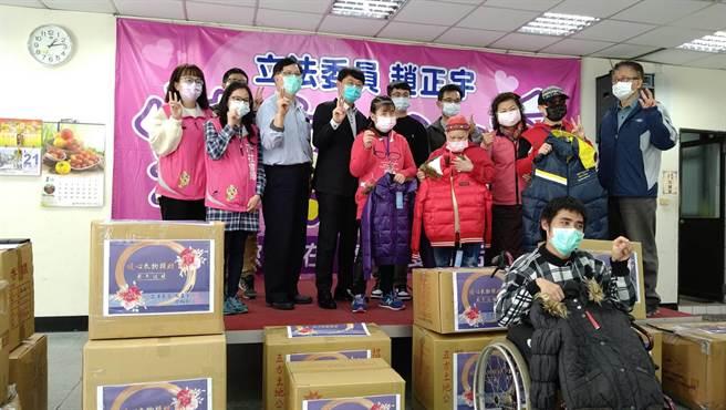 八德熱心民眾曾柏翰透過立委趙正宇捐贈300件羽絨大衣。(賴佑維攝)