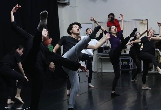 綠光劇團《結婚!結昏?辦桌》今年迎接第3度搬演,將舞蹈音樂全面升級,公開招募舞者短短10天,就湧入248名應徵者。(劉宗龍攝)