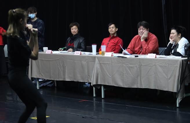 雲門舞集前首席舞者吳義芳(左2)、編導羅北安(左3)及演員林美秀(左4)評選舞者。(劉宗龍攝)