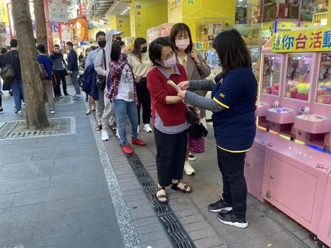每位顧客都需在入口處排隊等待工作人員發放「快速通關手環」入場。(吳康瑋攝)