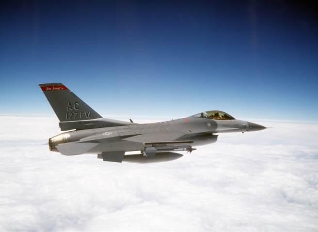 美国空军可能会再买一些F-16,看重的是较低的价格与多功能的性能。(图/美国空军)