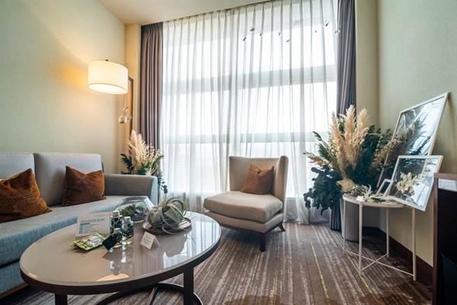 六福萬怡酒店與一禮莊園聯手推出「2021植感深呼吸 住房專案」,草綠房除以綠色植物為主色外,也穿插芒草、狗尾草等米色調植物,營造更舒服的大自然清新感。(圖/六福旅遊集團提供)