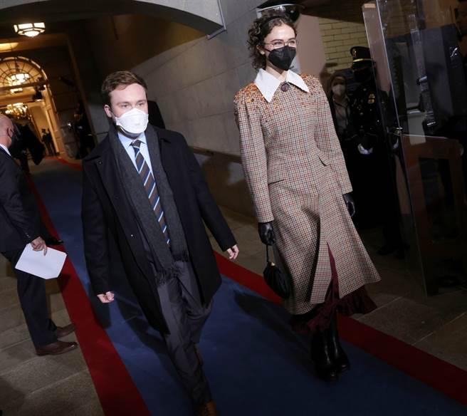 美國副總統賀錦麗的21歲繼女艾拉(Ella Emhoff,右)20日以一襲格紋大衣成為拜登就職典禮全場焦點,獲美媒封為當天的時尚女王。(圖/美聯社)
