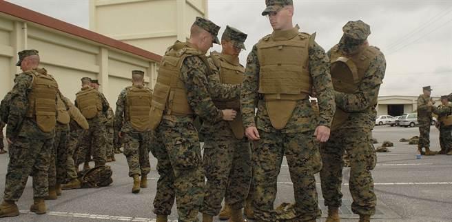 防彈背心已經是軍警出任務的標配。(圖/美國陸軍)