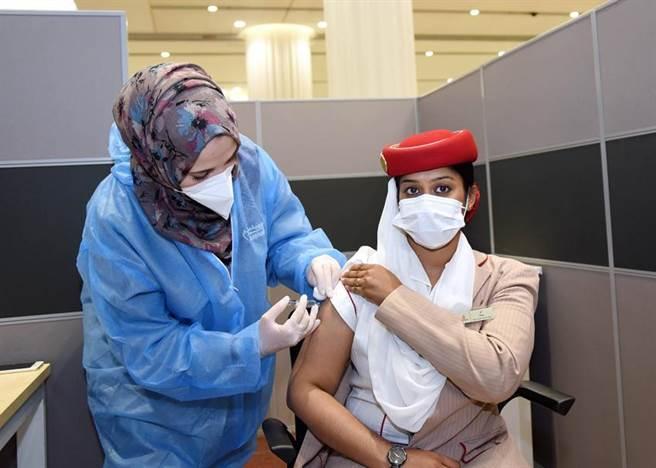 (阿聯酋航空員工接種新冠肺炎疫苗。圖/業者提供)