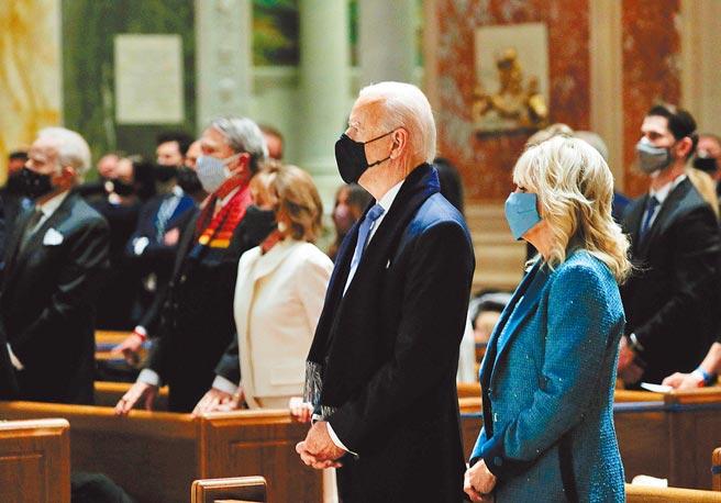 美國總統拜登和夫人吉兒20日於總統就職典禮前,前往華府聖瑪竇天主堂望彌撒。愛爾蘭裔的拜登,是繼甘迺迪之後,美國史上第二位信奉天主教的總統。(路透)