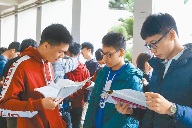 图为去年大学学测登场,大多考生在考前复习功课。(本报资料照片)