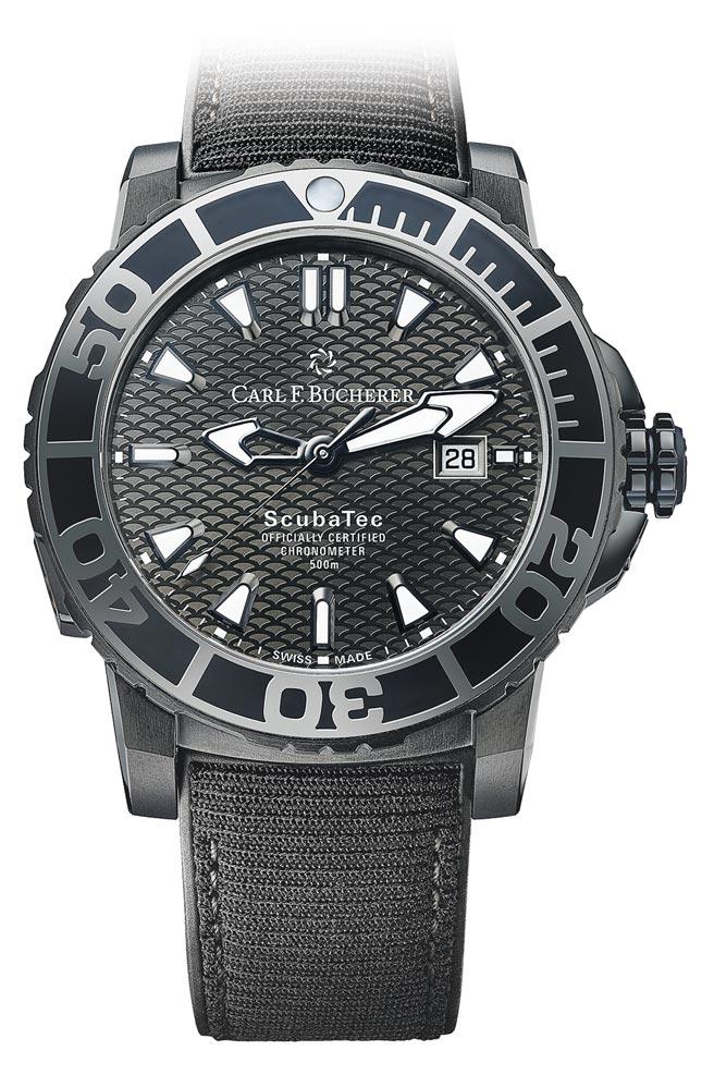 寶齊萊柏拉維深潛系列(Patravi ScubaTec)碳黑版腕表,橡膠表帶是以回收海洋廢棄保特瓶再製而成,25萬元。(Carl F.Bucherer提供)