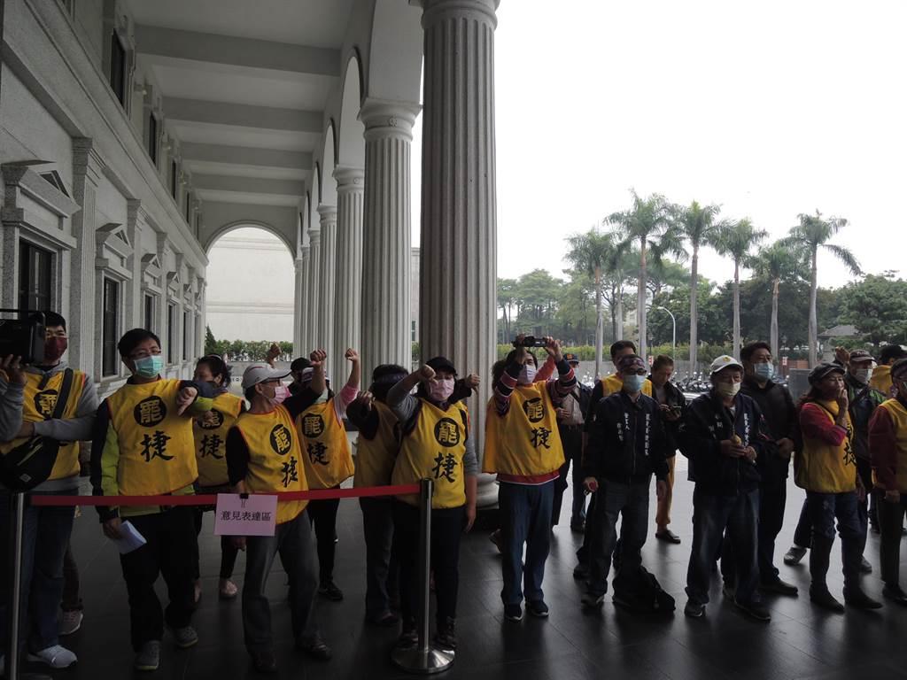 罷捷團體22日在議會反批黃捷在高雄巿食安自治條例「落跑」,怎麼會是優質議員?(曹明正攝)