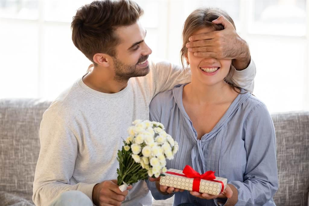 有些生肖男成婚事后,会将老婆宠到地下,乃至将财务大拳都交给另外一半办理。 (表示图/达志影象)