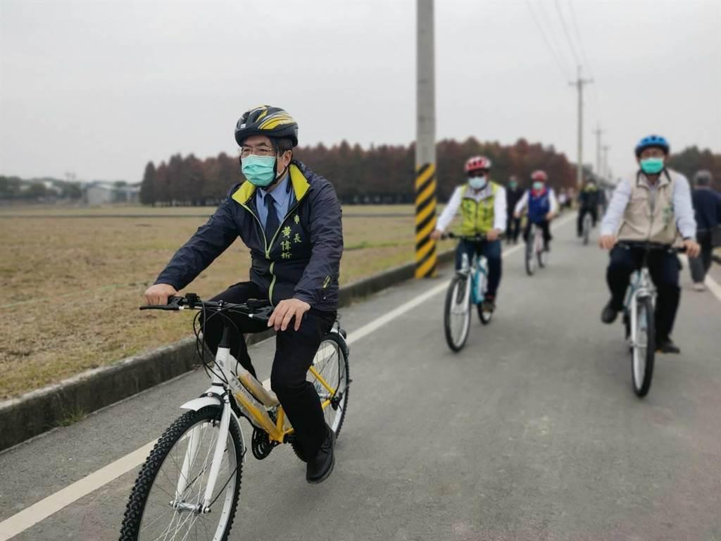 南六基金會捐贈10輛假踏車供遊客借用,台南市長黃偉哲(左)22日率先試騎參觀落羽松林。(六甲區公所提供/劉秀芬台南傳真)