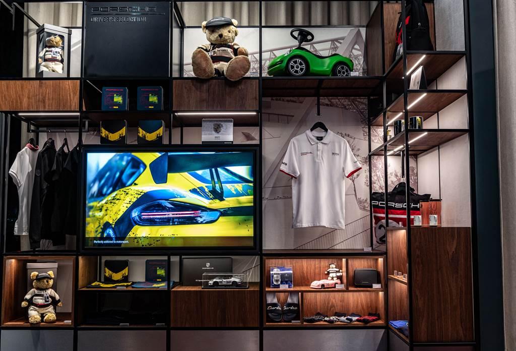 風格各異的藝品展示區,以及多項高科技數位應用,共同為台南保時捷都會概念店披覆上一層時尚氣息