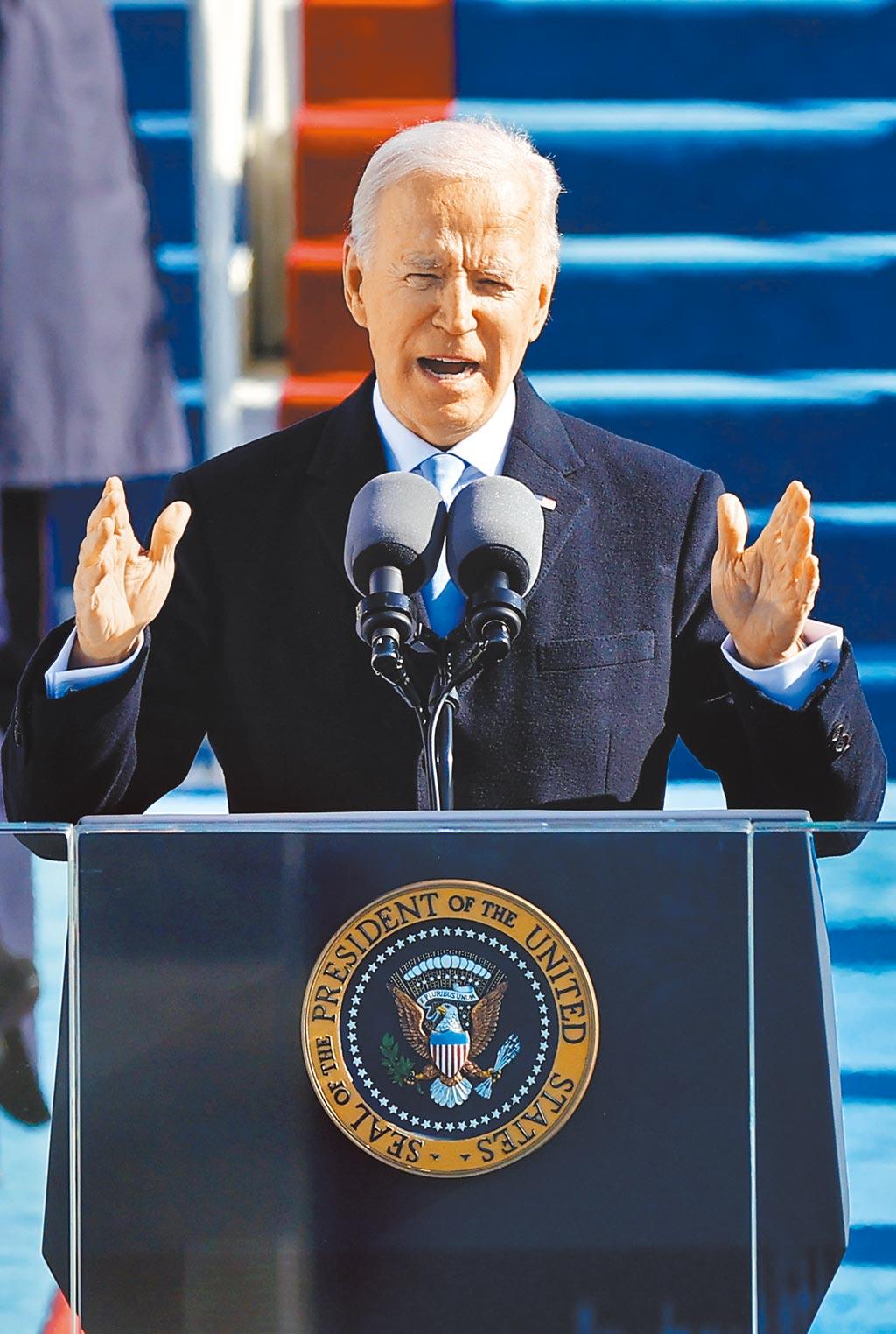 美國總統拜登20日宣誓就任後發表就職演說,他呼籲美國人團結一致,並承諾將扮演全民總統。(路透)