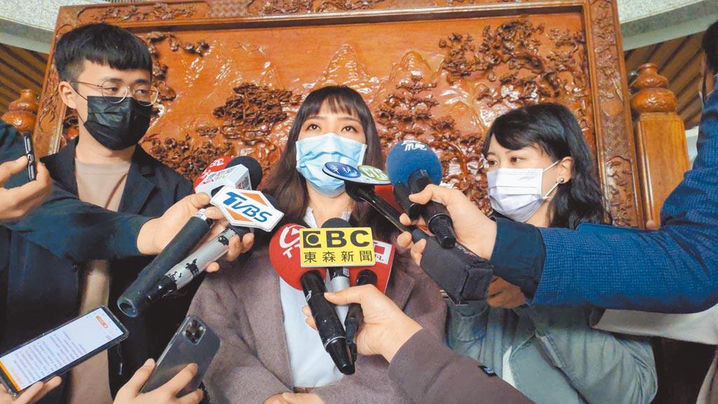 針對2月6日罷捷投票,無黨籍高雄巿議員黃捷希望鳳山鄉親投下不同意票。(曹明正攝)