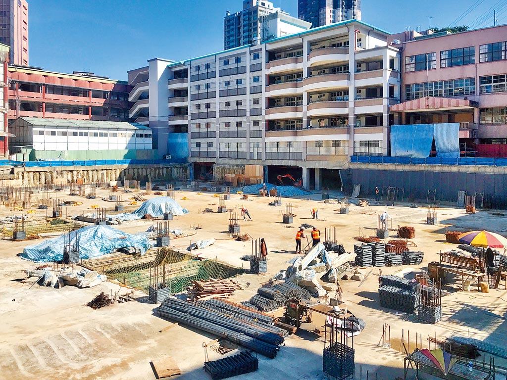 基隆市政府為改善停車需求,選在信義國小啟動「地下停車場新建工程」。(陳彩玲攝)