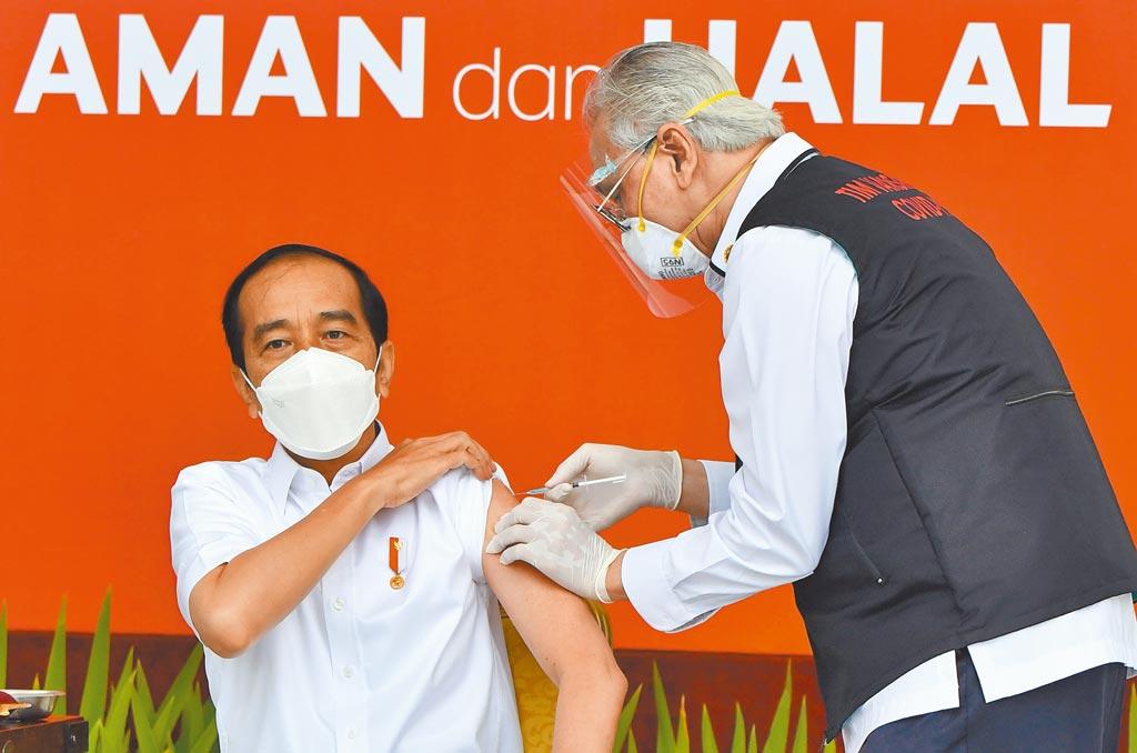 印尼總統佐科威在雅加達總統府接種中國疫苗,他是印尼國內接種新冠疫苗第一人。(新華社)