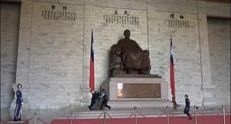 抗議不拆蔣介石銅像 台灣國今衝中正紀念堂丟雞蛋被捕