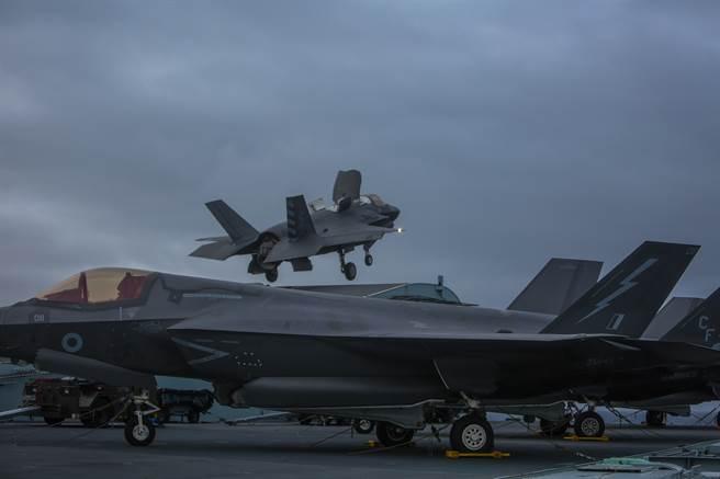 圖為2020年9月,第211戰鬥攻擊中隊的F-35,由航艦「伊麗莎白女王號」的飛行甲板起飛。(圖/DVIDS)