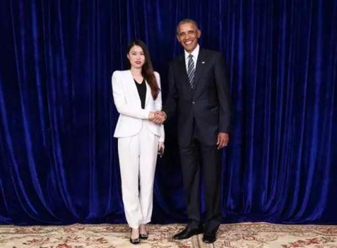 2018年參與大陸騰訊舉辦微商活動的店家排隊與前美國總統歐巴馬握手合影,每位握手合影者必須支付25至30萬人民幣的費用。(圖/網路)