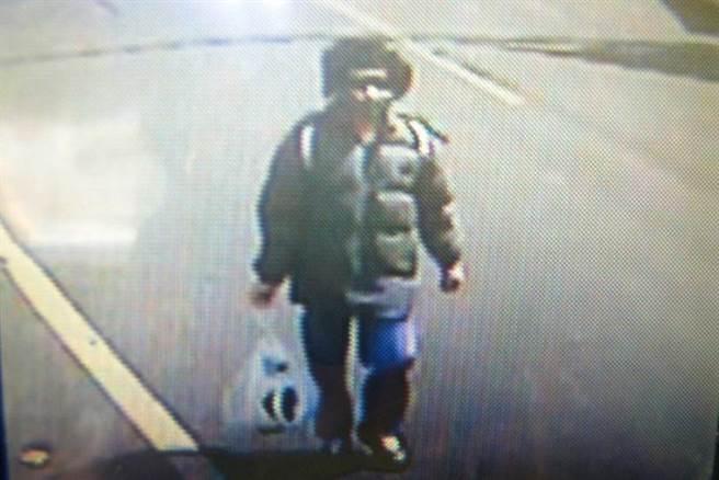 警方调阅监视器,发现死者二哥陈佳富涉有重嫌。