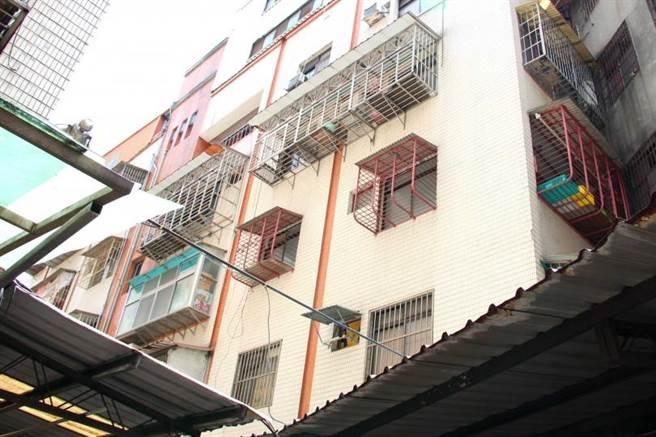 陳佳富和死者同住在新北市三重的公寓。