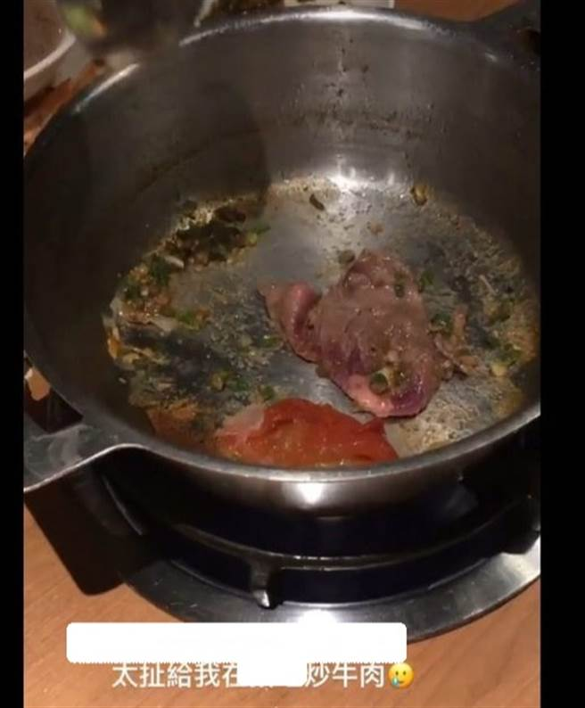 屁孩吃完火鍋,竟用空鍋乾炒牛肉,讓鍋底邊緣燒焦,讓店員忍不住大嘆,付錢不代表可糟蹋人,鍋子很難刷。(圖/翻攝自Dcard)