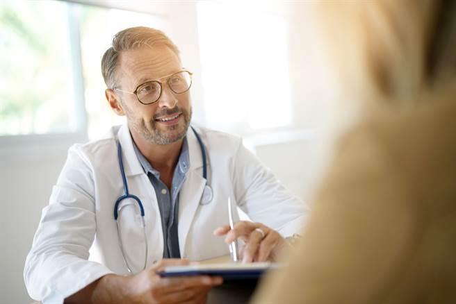 越南籍配偶在診間對醫師說「我對你很有性冷感」,男醫生事後才發現對方是說「性任感」。(示意圖/達志影像/Shutterstock提供)