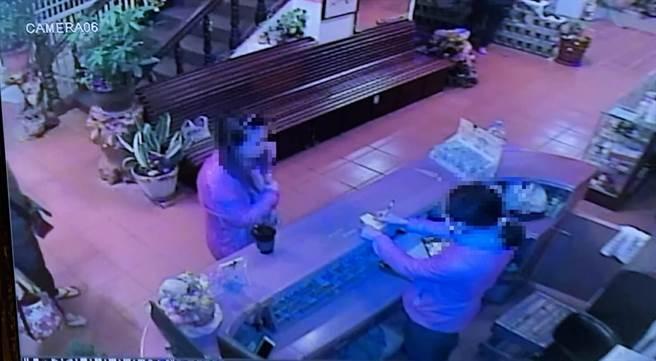 林姓女子到金山區泡溫泉,不慎把結婚鑽戒遺留在湯屋。(王揚傑翻攝)