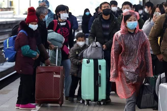 去年春運期間,南京火車站人潮。今年病毒核酸檢測規定嚴格,帶動檢測概念相關A股大漲。(中新社資料照片)