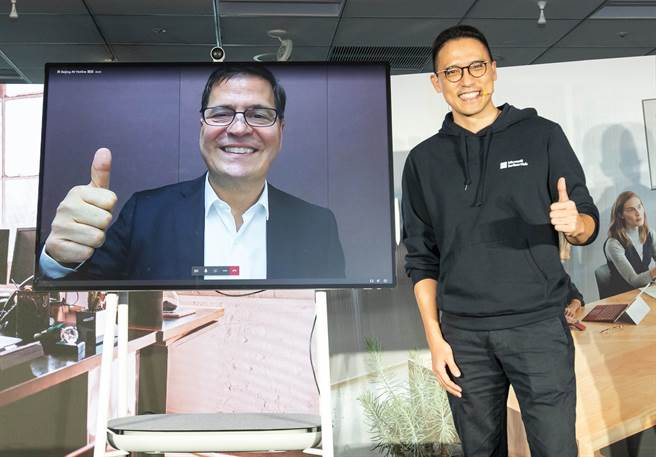 Surface Hub 2S 在台正式上市,微軟資深副總裁暨大中華區總裁兼執行長柯睿杰及台灣微軟總經理孫基康(右)現場透過 Surface Hub 2S 實現 Microsoft Teams 和商務需求於一體的高效跨國遠距會議。(微軟提供/黃慧雯台北傳真)