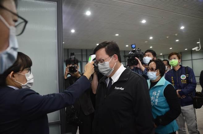 桃園市長鄭文燦22日到桃園捷運A7站視察防疫,進站時先量體溫。(賴佑維攝)