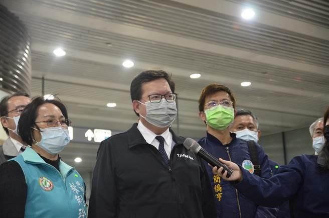 桃園市長鄭文燦22日到桃園捷運A7站視察防疫,針對媒體聯訪說明。(賴佑維攝)