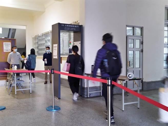 台南一中考場設置自動測溫除菌門,節省考生入場時間。(台南一中提供/曹婷婷台南傳真)