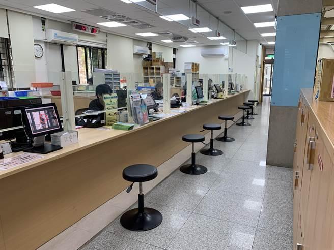 桃園市衛生局辦理業務的櫃檯尚無民眾辦理中,也已不復見以往的排隊人潮。(姜霏攝)